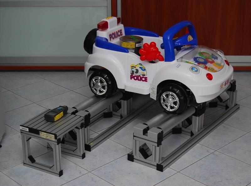 Zdjęcie - testowanie elektrycznego samochodu zabawki