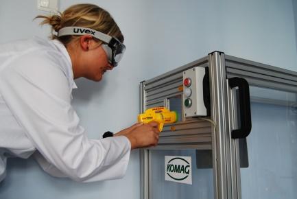 Zdjęcie -  naukowiec testująca zabawkowy pistolet