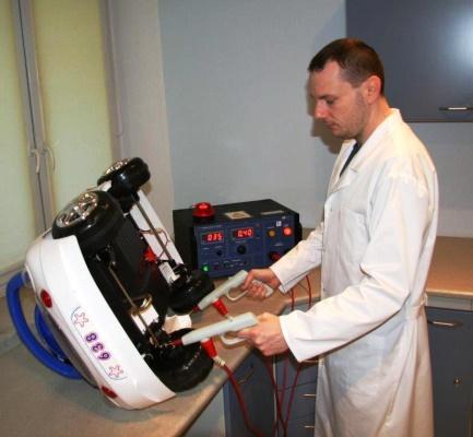 Zdjęcie - naukowiec testujący samochód zabawkę