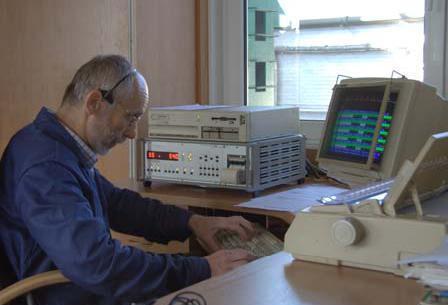 Pracownik instytutu dokonujący pomiarów na specjalistycznym urządzeniu