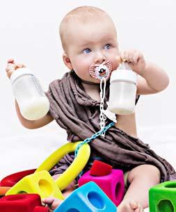 Zdjęcie - dziecko bawiące się zabawkami
