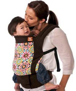 Zdjęcie - dziecko w nosidełku zawieszonym na jego mamie
